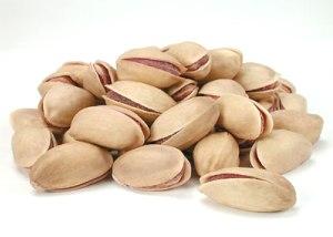 Диетологи рекомендуют в рацион включать неочищенные орехи