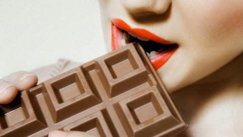 Медики объяснили, почему во время менструаций возникают пищевые расстройства
