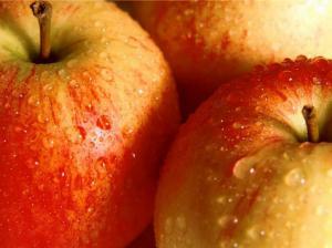 В период менопаузы женщинам рекомендуется есть 2 яблока в день