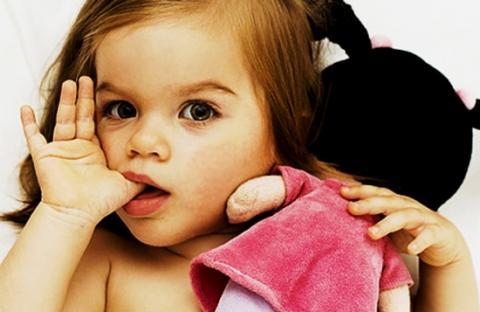 Сосание большого пальца — распространенная детская проблема
