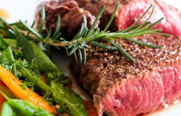 Всё большую популярность набирает «мясная» диета, которая приводит в ужас медиков