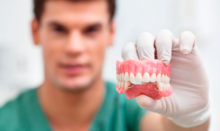 Протезирование зубов в Саратове: цены и особенности