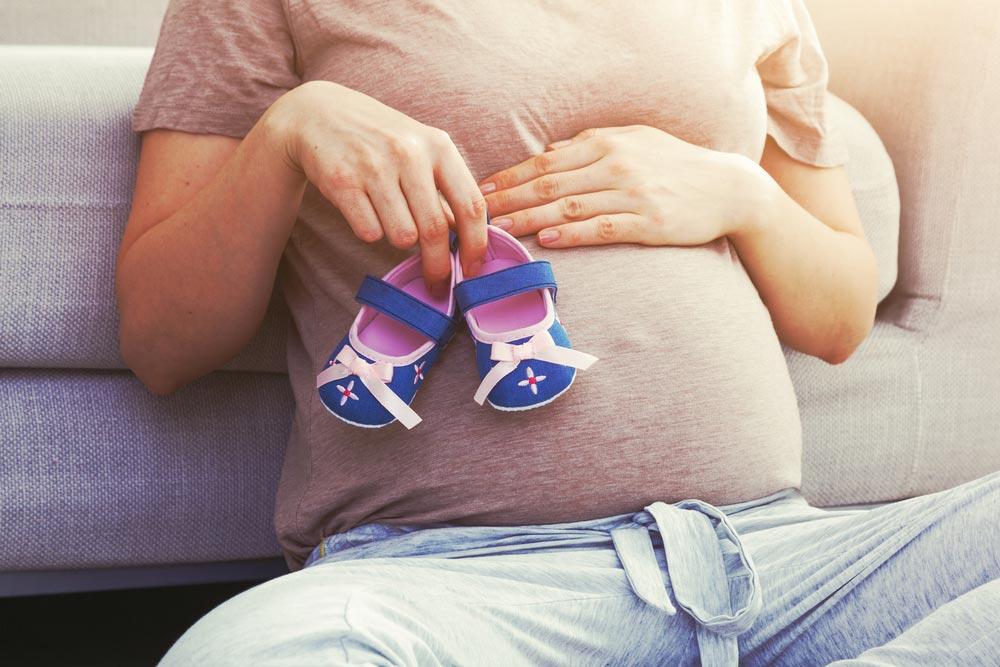Женщину в России принуждают к материнству